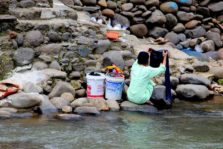 [FOTO] Warga Mencuci di Kali Ciliwung