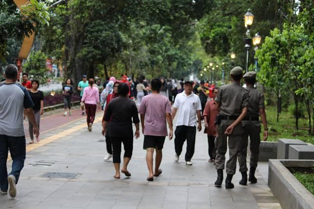 Patroli Satpol PP (Pamong Praja) di Trotoar Seputar KRB dan Istana Bogor