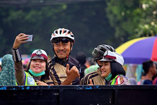 Pak Polisi dan Polwan Selfie Bareng