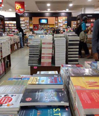 di Bogor masih ada toko buku lo Namanya Gramedia 2