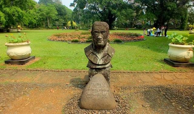 patung dada soedjana kassan di Kebun Raya Bogor 2