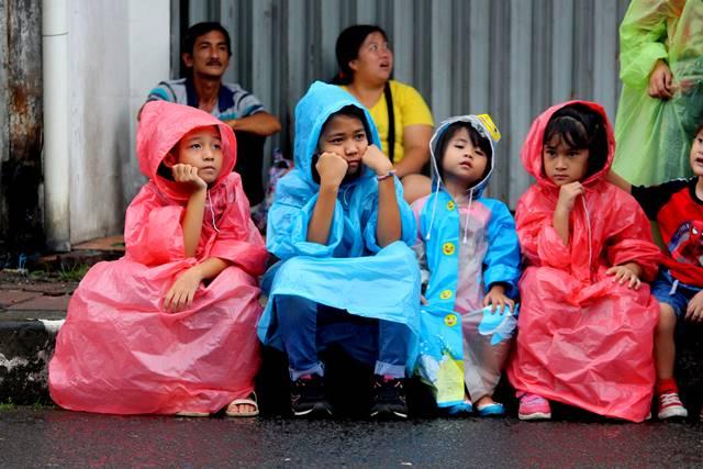 Cap Go Meh 2018 #1 : Gaya Imut Anak-Anak Menunggu Parade Mulai