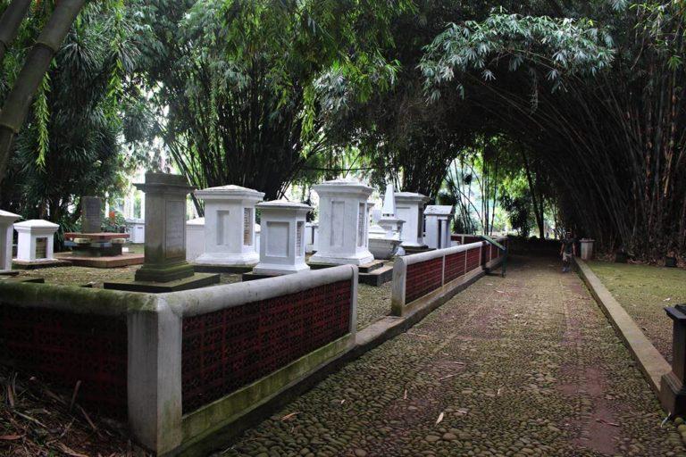 """Kompleks Makam Belanda Kuno Tidak """"Keueung"""" Lagi"""