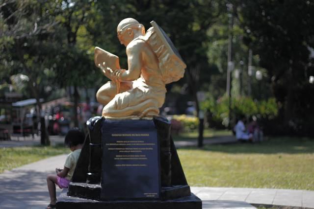 [Fotogenik] Patung Emas Ide Bimbim Slank di Taman Kencana Bagus Jadi Obyek Foto