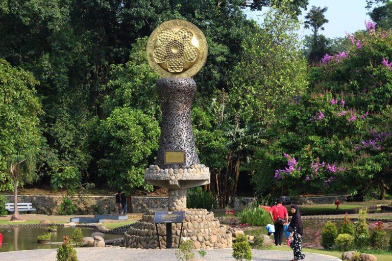 Tugu Dan Prasasti Dua Abad Kebun Raya Bogor – Yang Meresmikan Dua Orang Penting