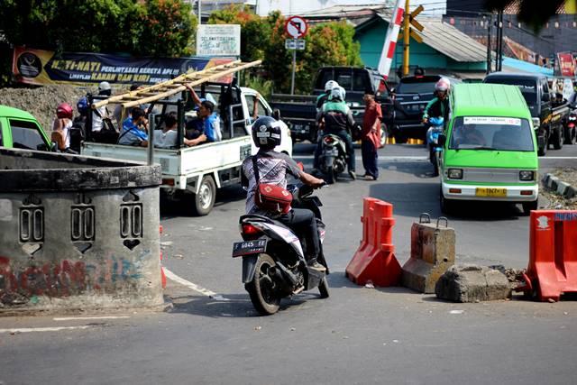 Tingkah Polah Pemotor Nakal Di Pintu Perlintasan Kereta Kebon Pedes