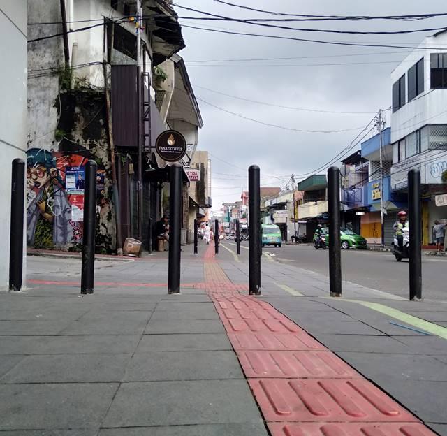 Tiang Anti Pemotor Di Jl. Suryakencana Ini Nama Resminya Bollard
