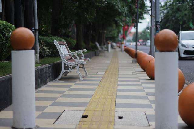 Bollard - Tiang Anti Pemotor di Trotoar Semarang