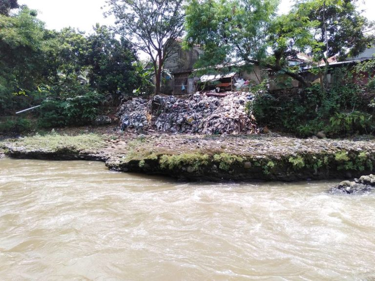 5 Benda Ini Tidak Seharusnya Ada di Sungai Ciliwung
