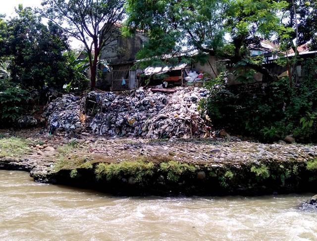 Tumpukan Sampah Di Sungai Ciliwung Ini Hanya Sebagian Kecil Saja C