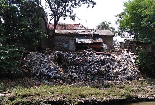 [MIRIS] Tumpukan Sampah Di Sungai Ciliwung Ini Hanya Sebagian Kecil Saja!