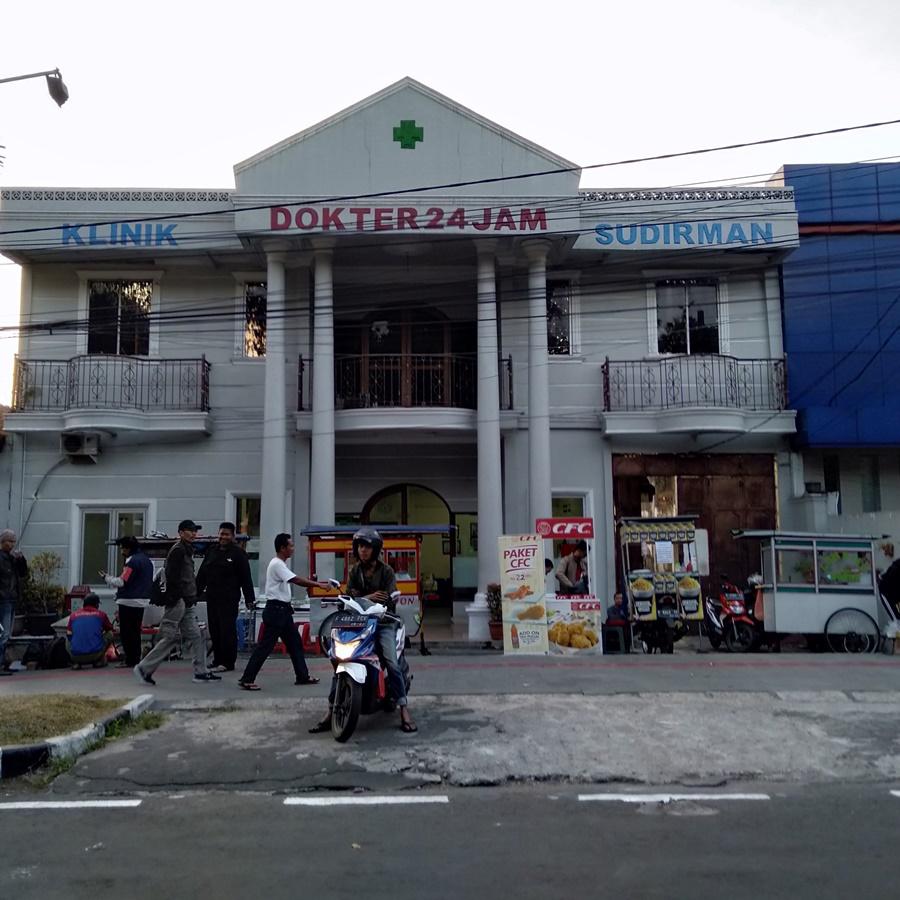 Pedagang Kaki Lima di Trotoar Jalan Sudirman Bogor Saat Hari Bebas Kendaraan Bermotor