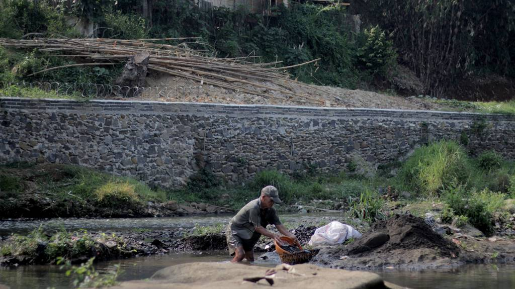 Sang Penambang Pasir di Sungai Ciliwung A