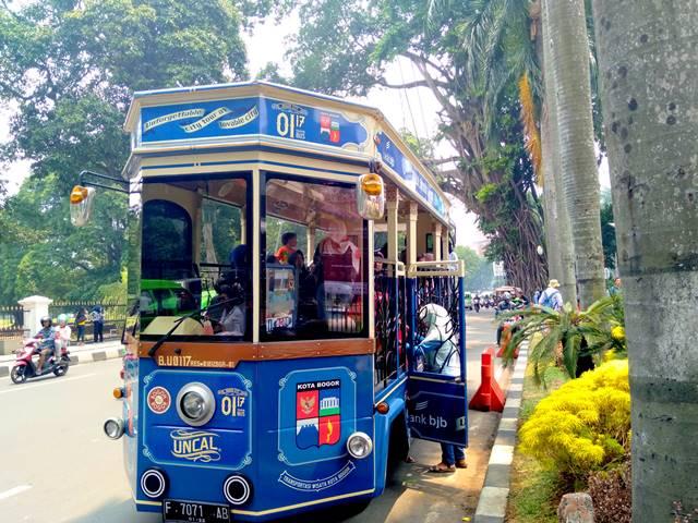 Bus Uncal menaikka penumpang di depan balai kota Bogor