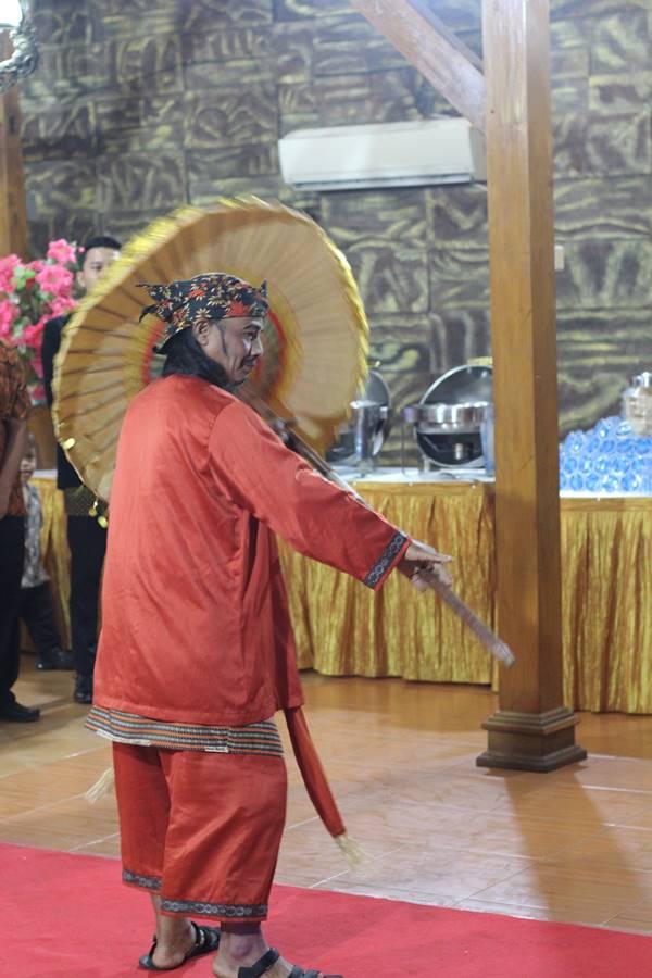 Pembawa Payung dalam Prosesi Mapag Panganten di acara pernikahan di Bogor