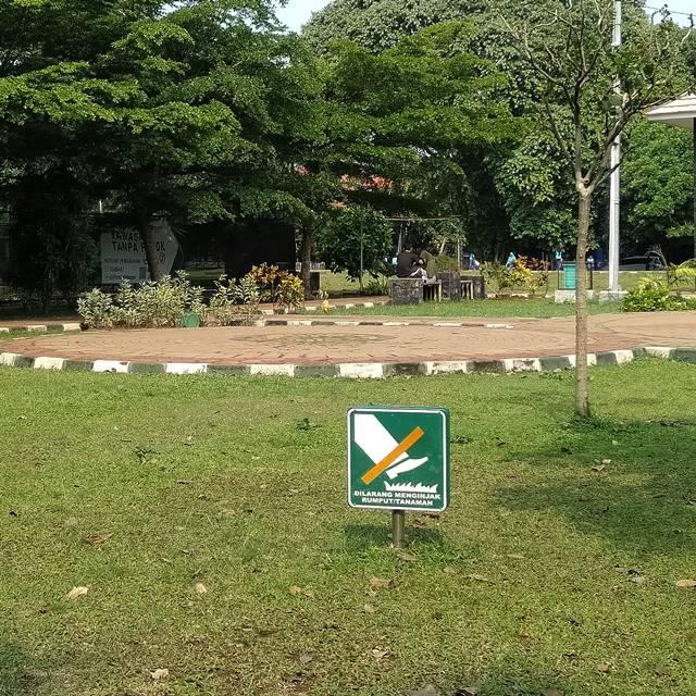 Tanda larangan menginjak rumput di Taman Heulang