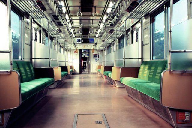 Manula atau Lansia Boleh Naik Commuter Line Dengan syarat