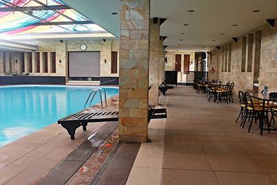 Kolam Renang Ruang Tertutup  di Hotel Duta Berlian C