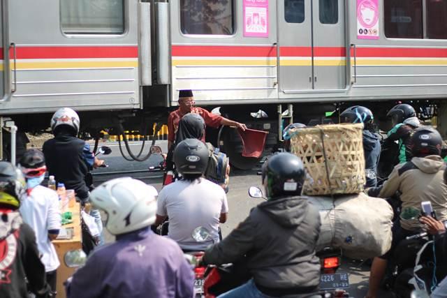 Ruwetnya Pintu Perlintasan Kereta Kebon Pedes