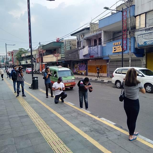 Ketika Trotoar Jalan Suryakencana Jadi Studio Foto Dadakan